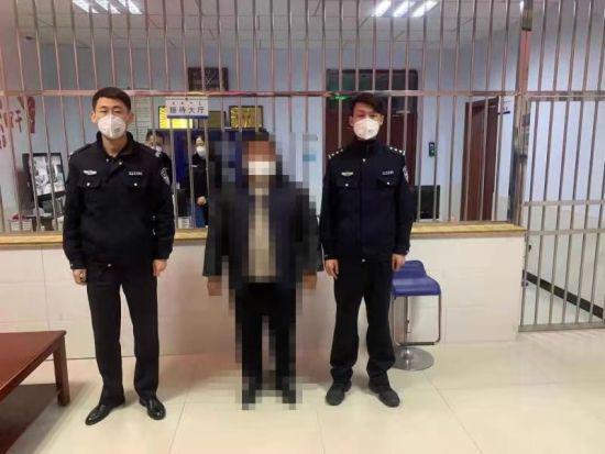 图为民警抓捕犯罪嫌疑人。