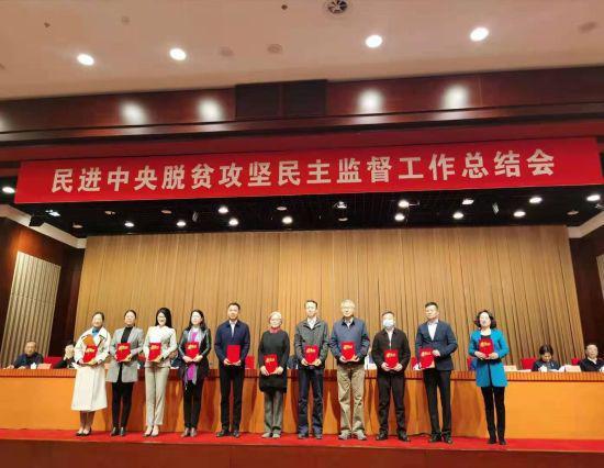 内蒙古青年名医获脱贫攻坚民主监督先进个人奖项