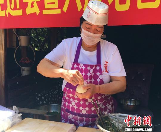 图为青城传统老包子制作技艺展示现场。 张玮 摄