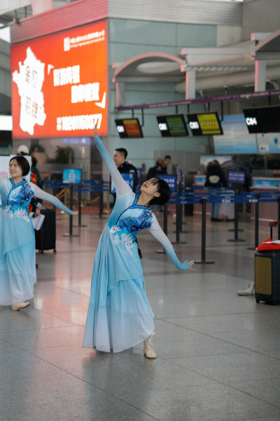 图为机场航站楼演出现场。