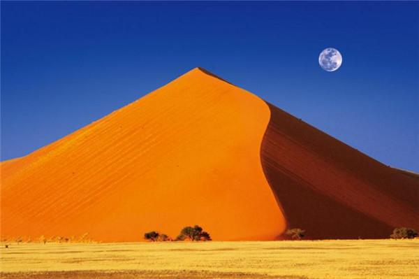 巴丹吉林沙漠中的金字塔沙山——我国最高的沙山