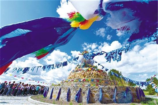 ▲蓝天白云之下,众人祭敖包,祈求长生天,望草原风调雨顺,平安吉祥。