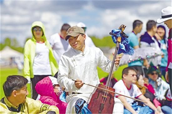▲马头琴悠扬的曲调穿过草原,舒缓柔美的旋律让听者感受草原的辽阔。