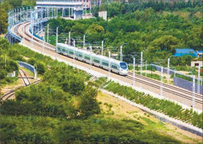 试运行中的列车在乌兰浩特市内驰骋。霍春光摄