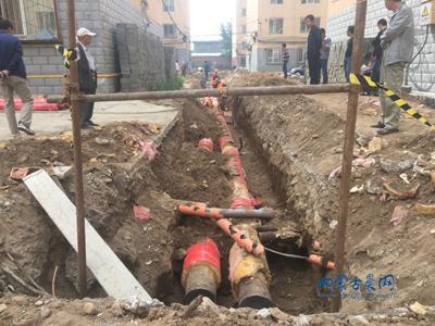 幸福小区热力管网改造以旧管冒充新管安装 郭治华摄影