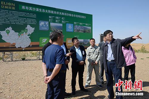 近日,在内蒙古自治区鄂尔多斯市库布其沙漠,中新社记者就荒漠化防治和民生改善等内容进行采访。中新社记者 刘文华 摄