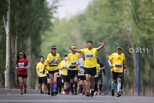 跑友们畅快地奔跑。(人民体育特约摄影师 风11 摄)