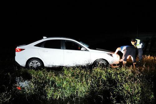 呼伦贝尔牧民车辆受困 边境民警连夜施救