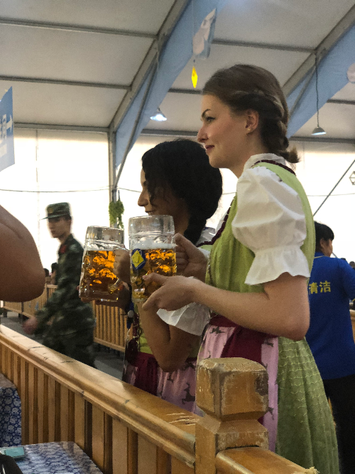 啤酒节服务人员向市民敬酒 摄影/北方新报融媒体记者  潘凯
