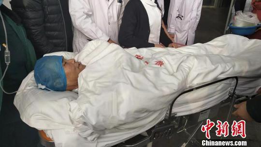 图为伤员安全抵达内蒙古医院。 张林虎 摄