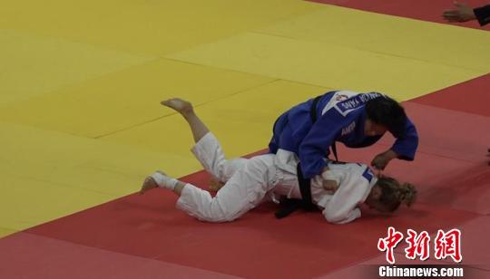 图为中国女子柔道选手杨俊霞在2019年世界柔道大奖赛决赛阶段首场比赛中力压对手。 马知远 摄