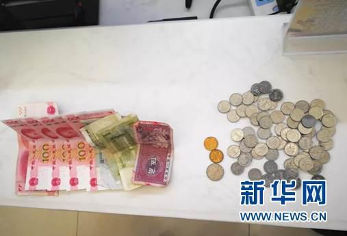 民警收到环卫大爷的521.5元捐款。(康巴什公安分局提供)