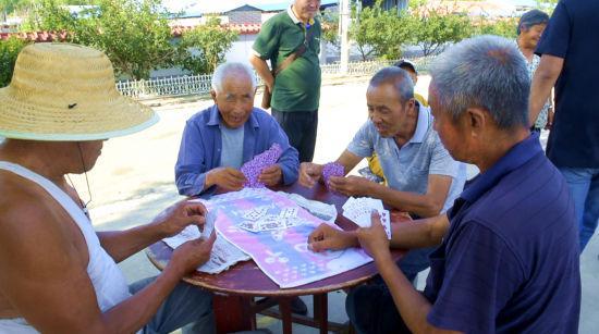 图为满都村村民惬意的生活。 姜喆 摄