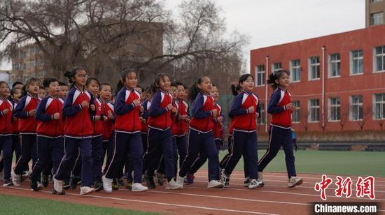 图为巴林左旗林东第一小学同学们正在跑操。 林东第一小学供图
