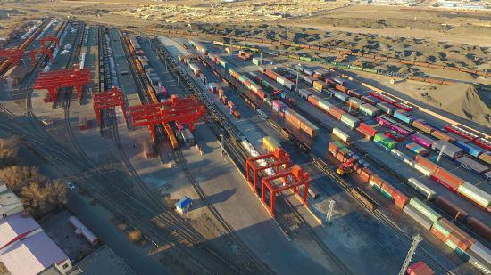 图为二连浩特口岸中欧班列正在机械区进行换装作业。