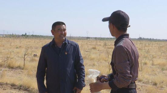 孟克巴图是内蒙古阿拉善盟阿拉善右旗雅布赖镇巴音笋布日嘎查的牧民