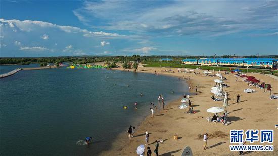 8月10日,游人在位于乌兰浩特市的神骏湾旅游度假区游玩。新华社记者 叶紫嫣 摄