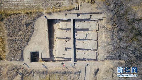 这是11月1日拍摄的呼和浩特市玉泉区沙梁子村中的西汉中晚期疑似大型粮仓建筑基址发掘现场(无人机照片)。新华社记者 彭源 摄