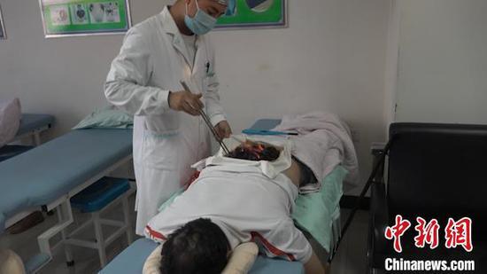 图为当地群众正在内蒙古民族大学附属医院康复保健医院接受蒙医特色疗法治疗。 马知远 摄