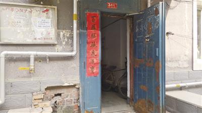 毛纺厂大院锈迹斑斑的防盗门
