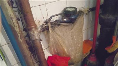 ?#28201;?#23567;区居民家自来水管道漏水