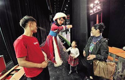观众在后台与演员互动。