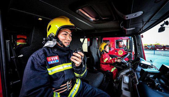 戴上头盔,穿上消防服,今天我们都是小小消防员 李林潨摄