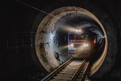 工程车从隧道中缓缓驶来