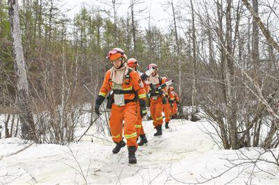 5月19日,奇乾中队消防队员在户外进行综合训练时经过一片暂未消融的冰雪。新华社记者 刘 磊摄