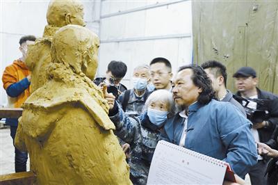 雕塑家博杰为感动中国年度人物女空降兵马旭塑像