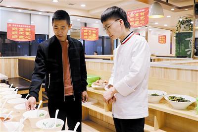 李才(左一)指导员工。