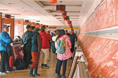 参观剪纸艺术品博物馆