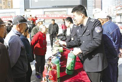 4月11日,内蒙古消防安全协会消防人员指导居民如?#38382;?..