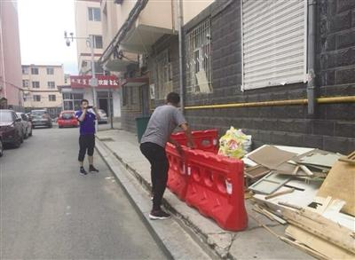 日前,呼市人民路街道山丹社区工作人员巧妙解决小区垃圾杂物的堆放问题