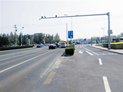 柳荫路与建国北路路口西侧在非机动侧车道设置独立的掉头车道。