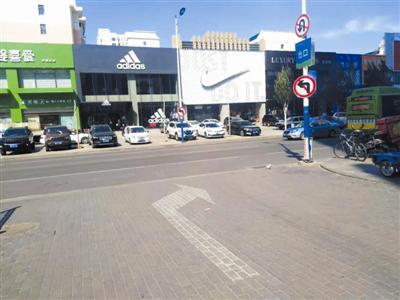 万达停车场出入口禁止左转驶出驶入。