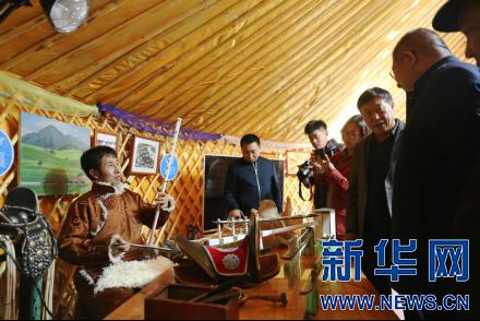 蒙古族手工艺人教游客制作马头琴、马鞍。新华网 曹桢摄