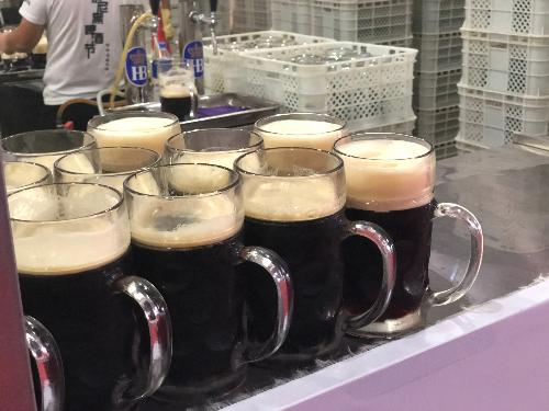 现场供应的德国黑啤  摄影/北方新报融媒体记者  潘凯