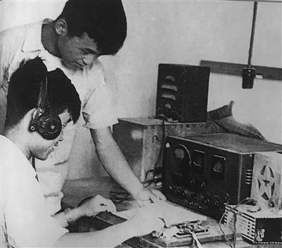 创刊初期的电传设备。