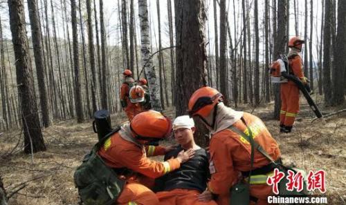 图为奇乾中队消防指战员模拟演练,抢救伤员。 张林虎 摄
