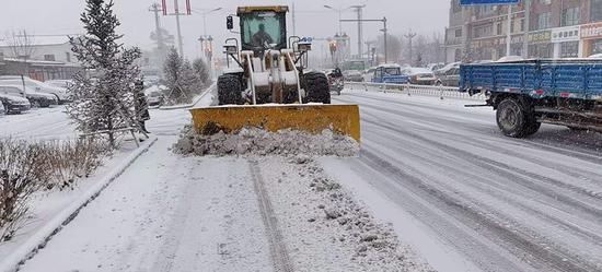 赤峰市迎来入冬首场降雪 环卫工人清雪保出行