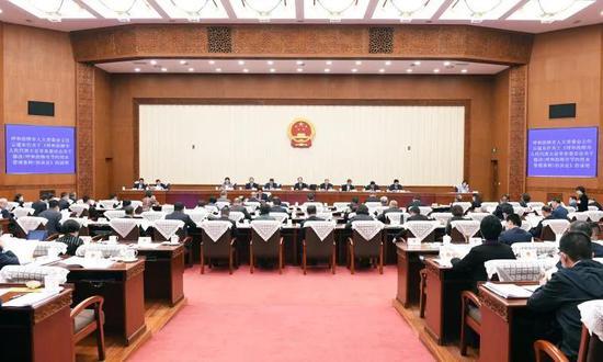 9月21日上午,内蒙古自治区第十三届人民代表大会常务委员会第二十二次会议举行第一次全体会议。记者 袁永红 摄