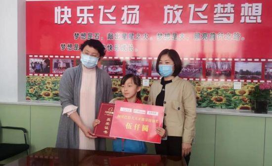 """内蒙古7岁女孩雨中搭起""""便民桥"""""""