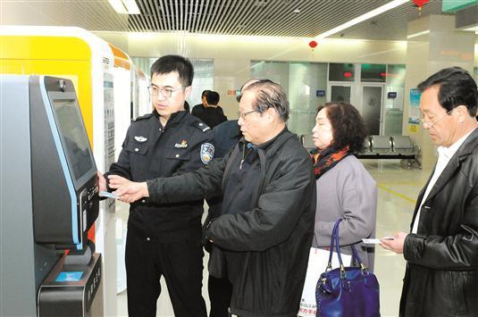 首批客人在包头办理出入境证件。