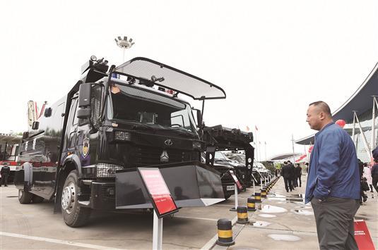 豪沃牌防暴水炮车。