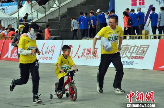 图为一家三口共同参加马拉松。 主办方供图 摄
