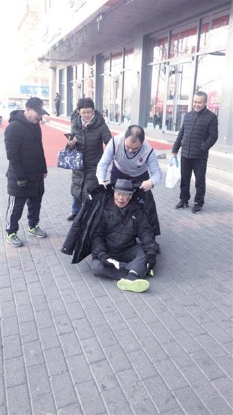 徐向东为老人披棉衣(网友拍摄)