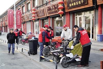 志愿者在街道上摆放自行车。