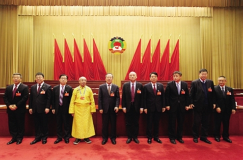 新当选的政协呼和浩特市第十三届委员会主席、副主席、秘书长与委员见面。