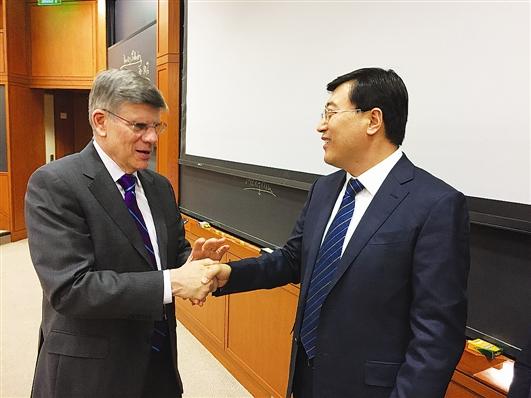 伊利集团董事长兼总裁潘刚(右)与哈佛大学柯伟林教授一同授课